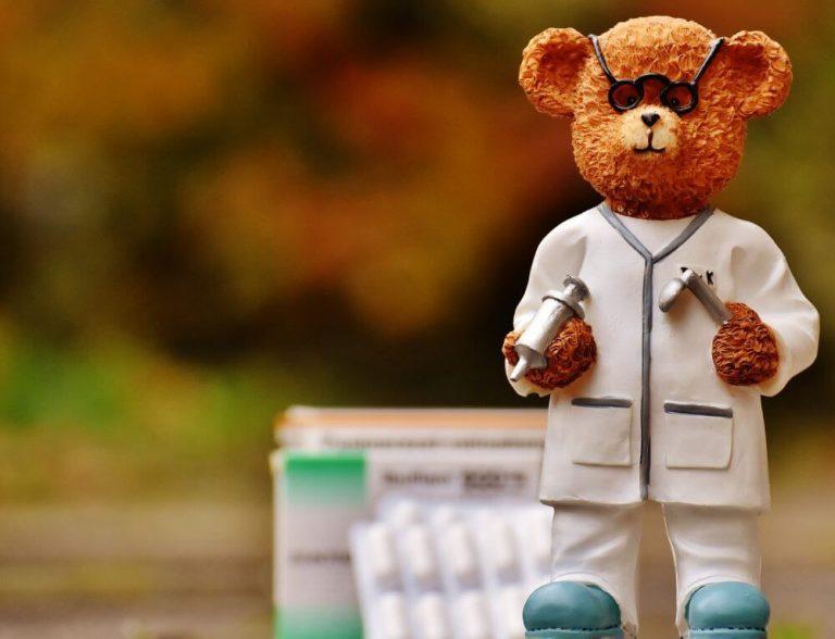 Kuvassa on nallehahmo, joka on lääkärin vaatteissa