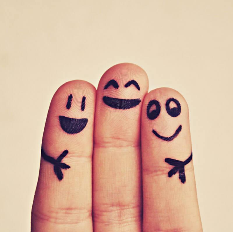 Kome sormea joihin on jokaiseen piirretty iloiset hymiöt