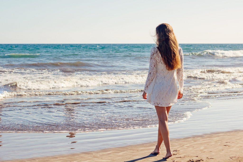 nuori aikuinen rannalla