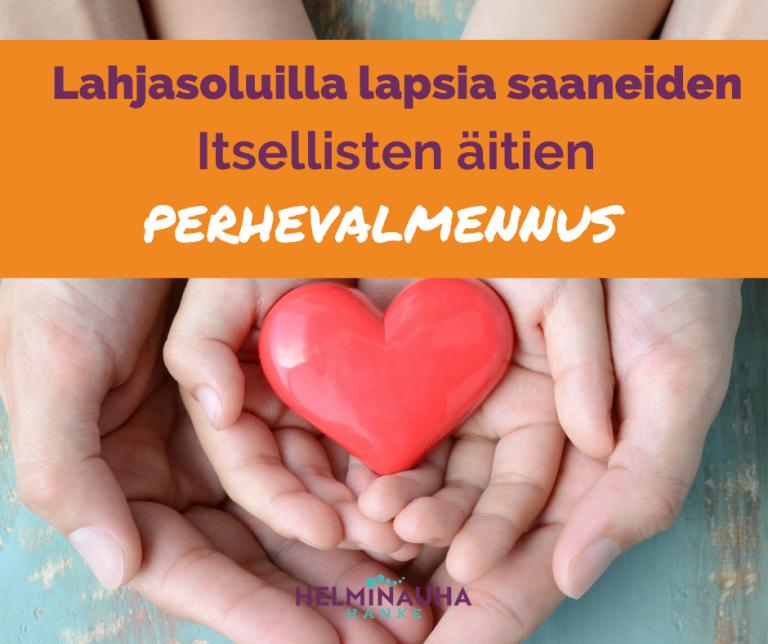 Aikuisen ja lapsen kädet päällekkäin, kädessä sydän, Helminauha-hankkeen logo. Teksit: Lahjasoluilla lapsia saaniedne itsellisten äitien perhevalmennus