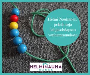 Kuvassa on puinen helminauha ja teksti Helmi Nauhanen, pohdintoja lahjasolulapsen vanhemmuudesta. Alarenussa Helminauha-hankkeen logo.