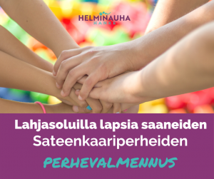 Kädet yhdessä, värikäs tausta. Helminauha-hankkeen logo.