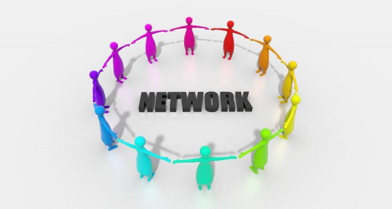 Kuvassa on erivärisiä ihmishahmoja ympyrässä ja keskellä on teksti network