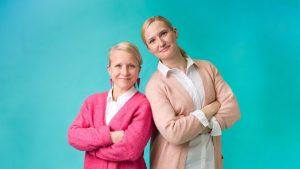 Kaksi naista seisoo vierekkäin.